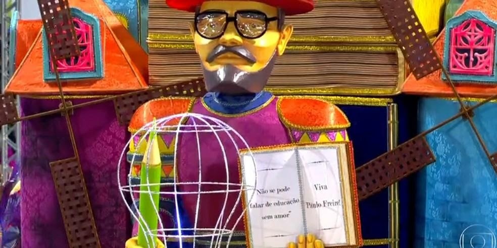 Boneco de Paulo Freire em carro da Águia de Ouro — Foto: TV Globo/reprodução