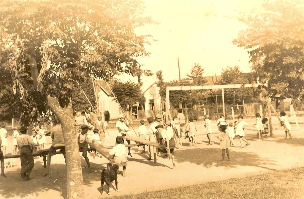 Crianças brincando em praça pública em Porto Alegre (RS) na década de 1930