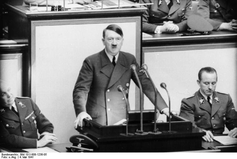 Adolf Hitler no Reichstag, Berlim (1941). Coleção: German Federal Archives