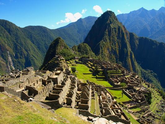 A cidade de Machu Picchu e suas construções que acompanham as falhas e recortes das encostas