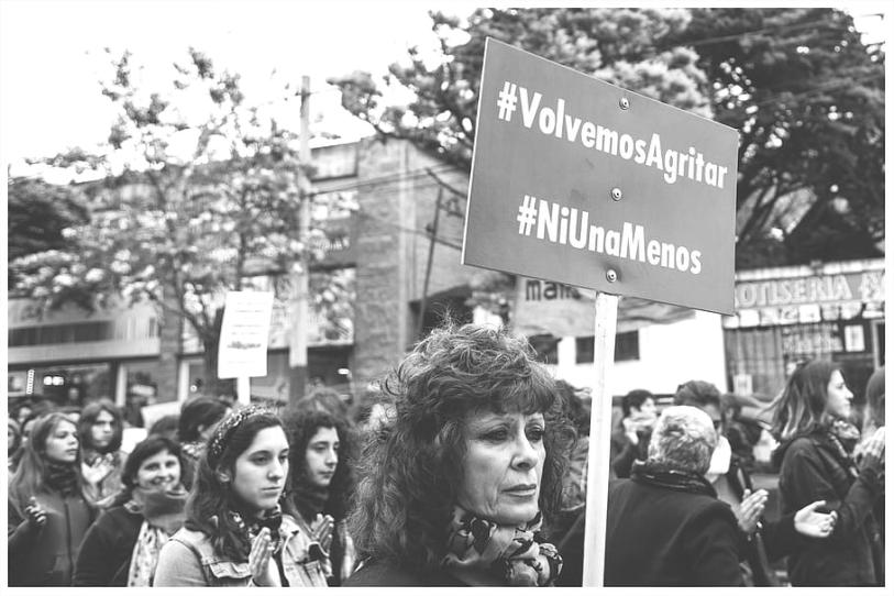 Mulheres protestando contra feminicídio.Na placa lê-se: 'Voltamos a gritar! Nenhuma a menos!'